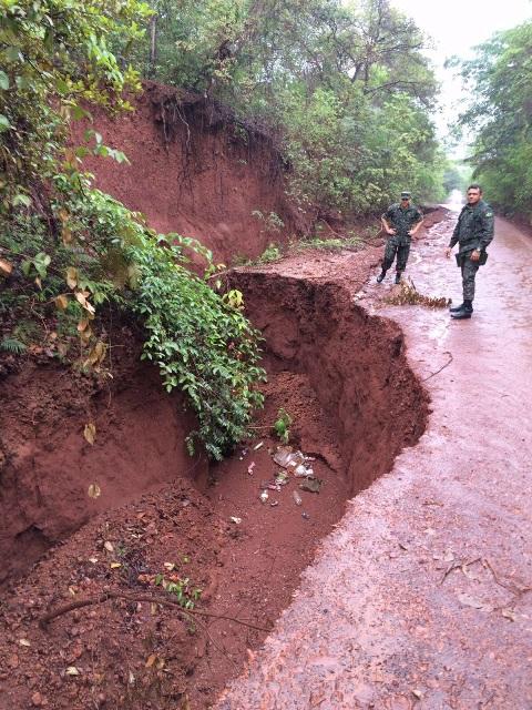 Em abril: Equipe do DEC do exército vai realizar uma intervenção na rodovia para desviar o curso da água e fechar o buraco para conter a erosão. Foto: Divulgação